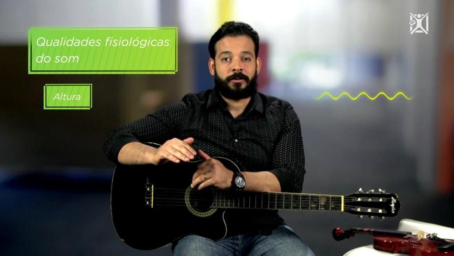 Projeto Educação: professor ensina a calcular frequência do som da corda de um violão
