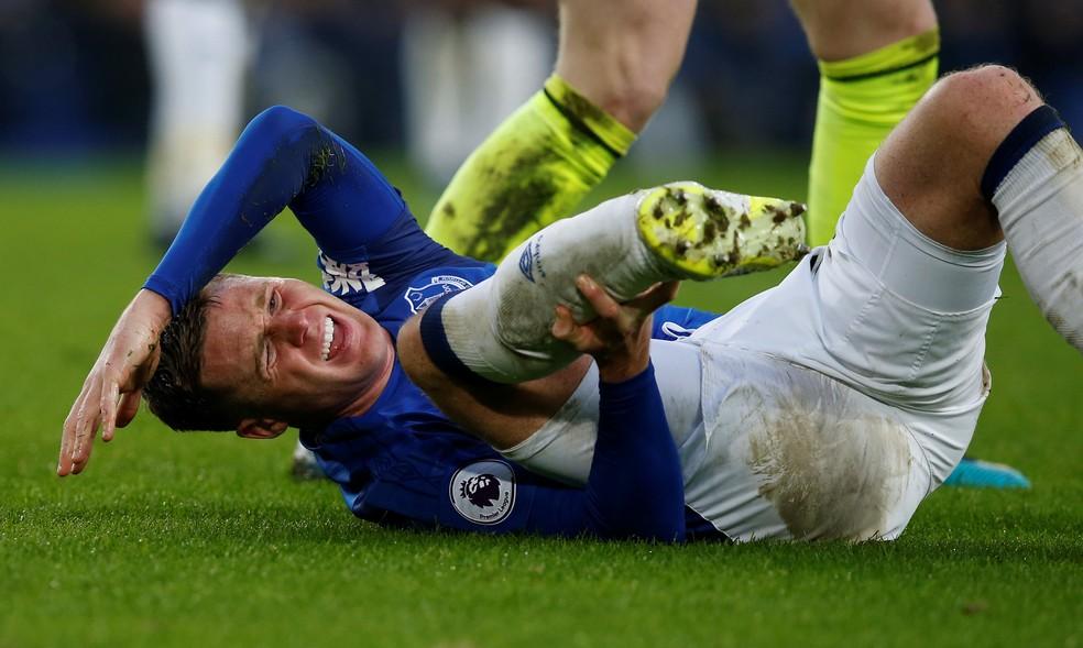 McCarthy sofre no gramado após grave lesão (Foto: Reuters)