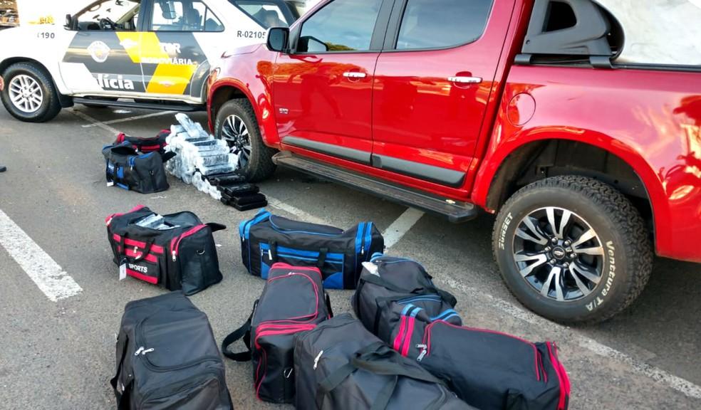 Droga estava acondicionada em diversas mochila dentro da caminhonete com placas de Ponta Porã (MS) — Foto: Polícia Rodoviária/Divulgação