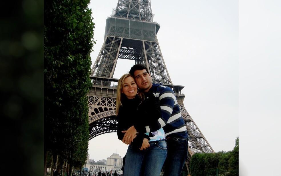 Foto mostra casal suspeito de golpes de R$ 5 milhões ostentando em viagem a Paris  — Foto: Polícia Civil/Divulgação