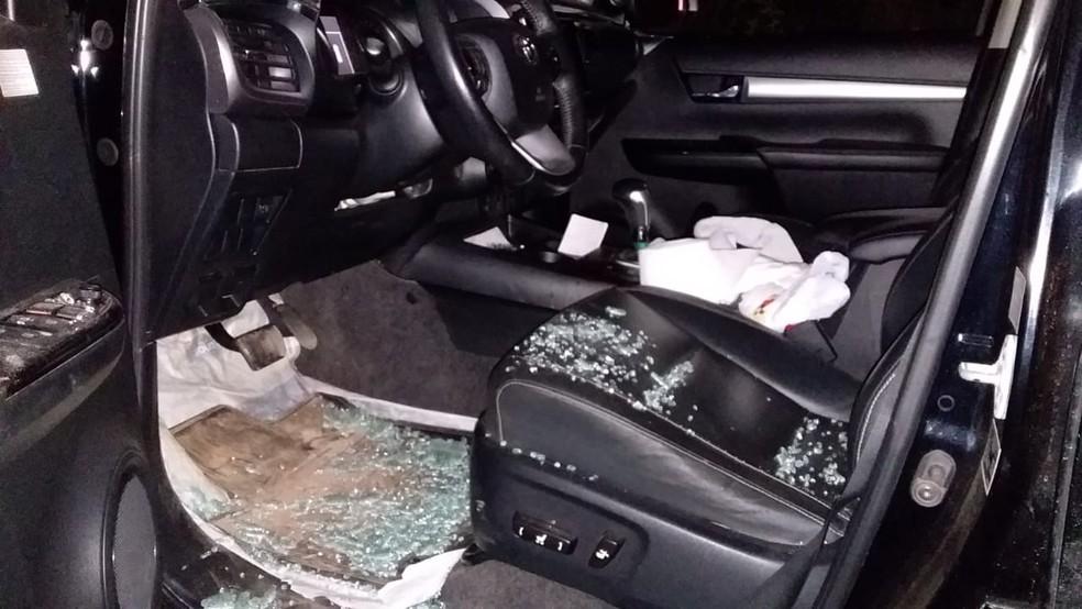 Carro após troca de tiros em Alto Paraíso, RO — Foto: Reprodução/190Urgente