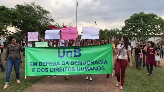 Estudantes da UnB doam livros de direitos humanos para substituir obras rasgadas na biblioteca