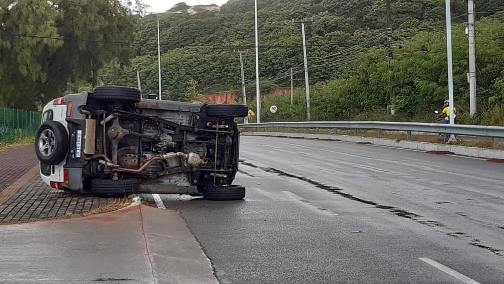 Carro capotou na Via Costeira de Natal, na manhã desta quarta-feira (3) — Foto: Sérgio Henrique Santos/Inter TV Cabugi