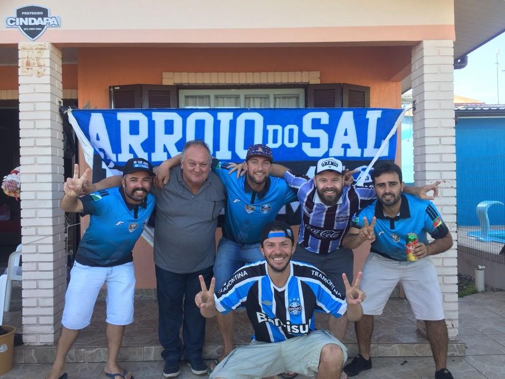 Leonardo com o amigo Wagner e integrantes do consulado de Arroio do Sal (Foto: Arquivo pessoal)