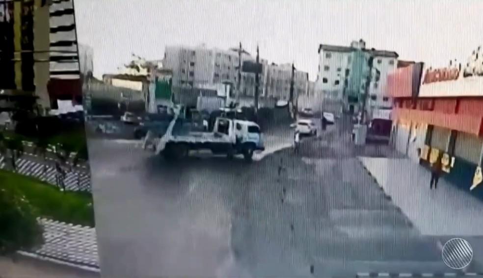 Um vídeo mostra o momento em que o caminhão invadiu oposto de combustíveis (Foto: Reprodução/TV Bahia)