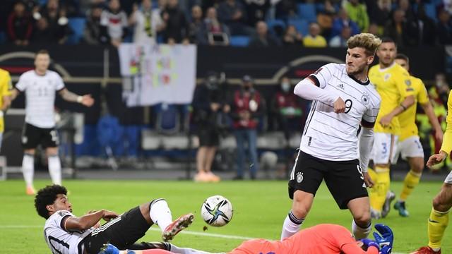 Gnabry e Timo Werner disputam a bola com o goleiro Florin Nita em Alemanha x Romênia