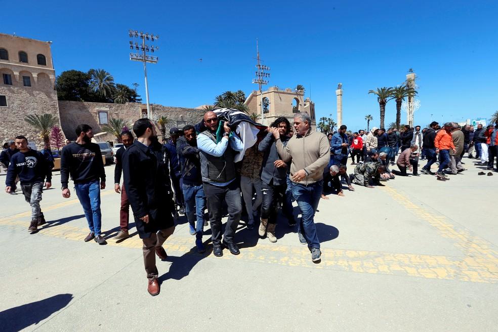 Moradores carregam um caixão contendo um corpo de um membro das forças do governo internacionalmente reconhecido da Líbia, morto em confronto nesta segunda-feira (8) — Foto: Ismail Zitouny/Reuters