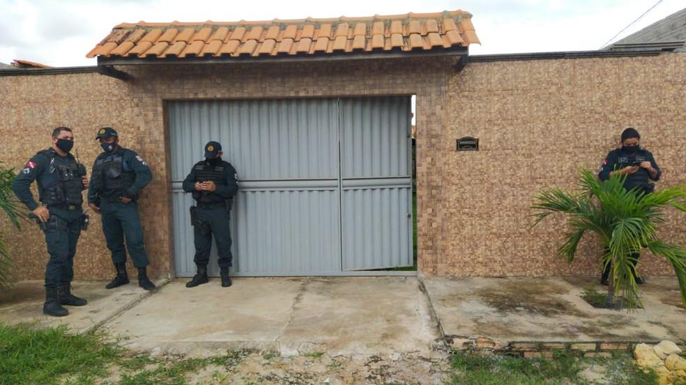 Padre foi encontrado na casa onde morava no bairro Bela Vista do Juá — Foto: Gustavo Campos/TV Tapajós