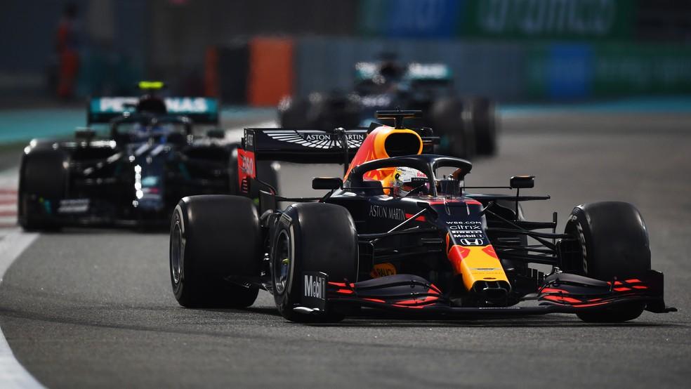 Verstappen à frente de Bottas e Hamilton no GP de Abu Dhabi — Foto: Getty Images