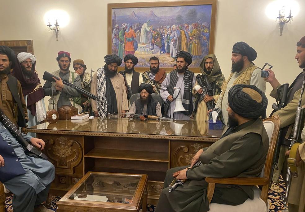 Combatentes do Talibã assumem o controle do palácio presidencial afegão em Cabul, capital do Afeganistão, após o presidente Ashraf Ghani fugir do país em 15 de agosto de 2021 — Foto: Zabi Karimi/AP