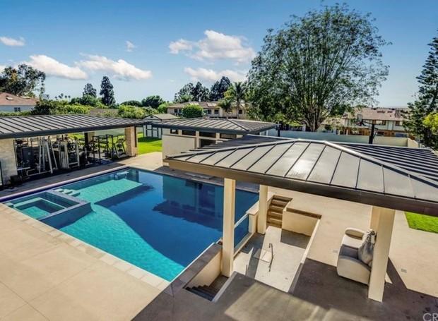 A área de lazer é ampla e conta com piscina, sauna, churrasqueira, quadra de esportes e spa (Foto: The MLS/ Reprodução)