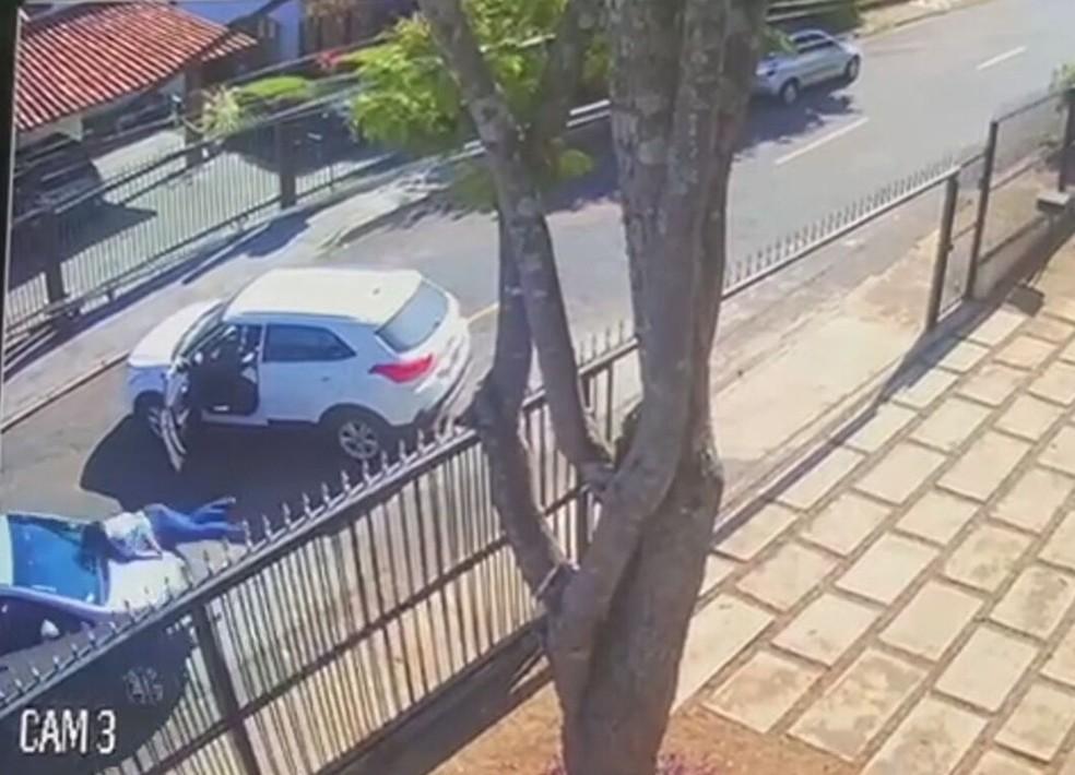 Advogado atropela mulher durante briga de trânsito no DF — Foto: Reprodução