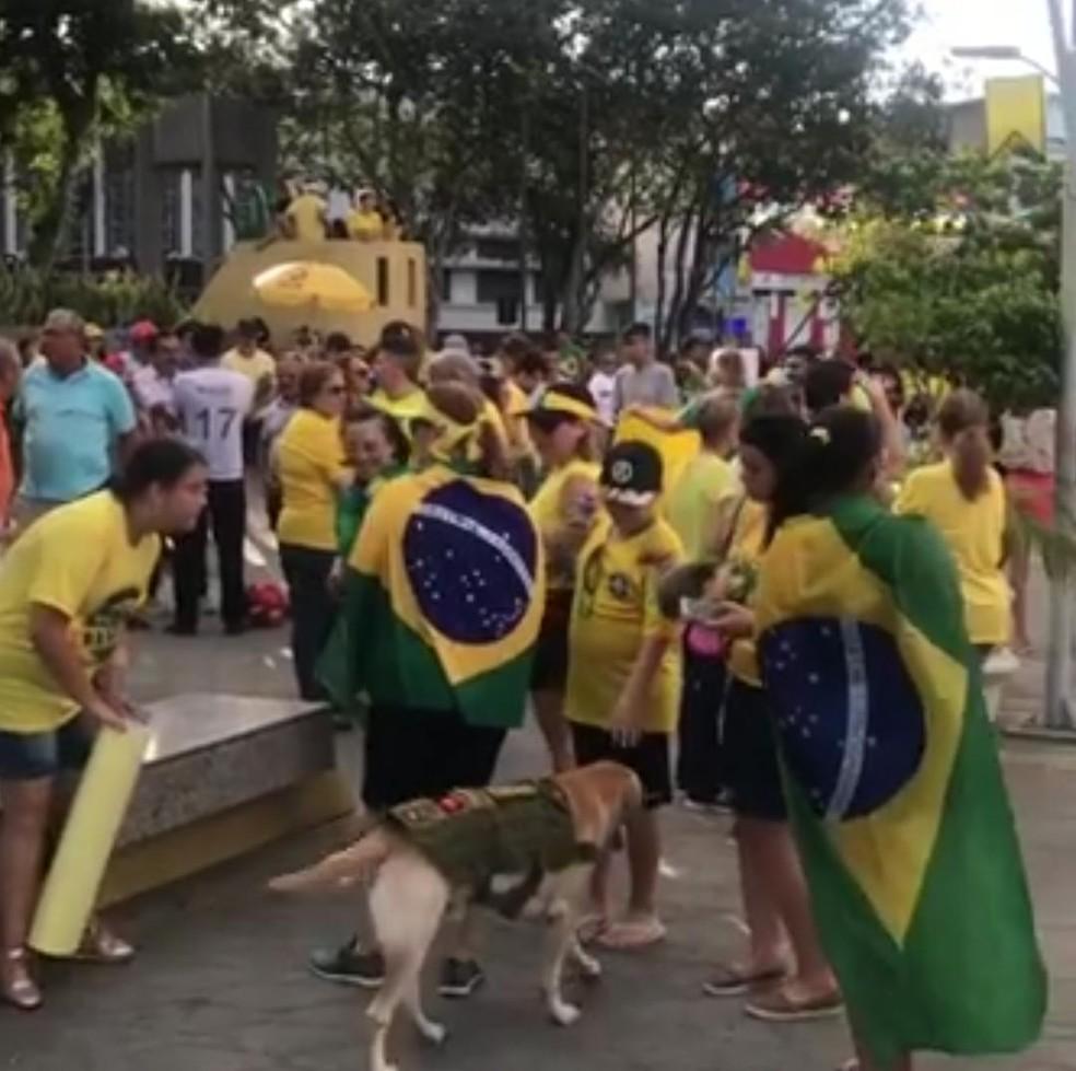 CAMPINA GRANDE, 16H: Ato concentrou manifestantes na Praça da Bandeira — Foto: Reprodução/Sílvio S. Medeiros