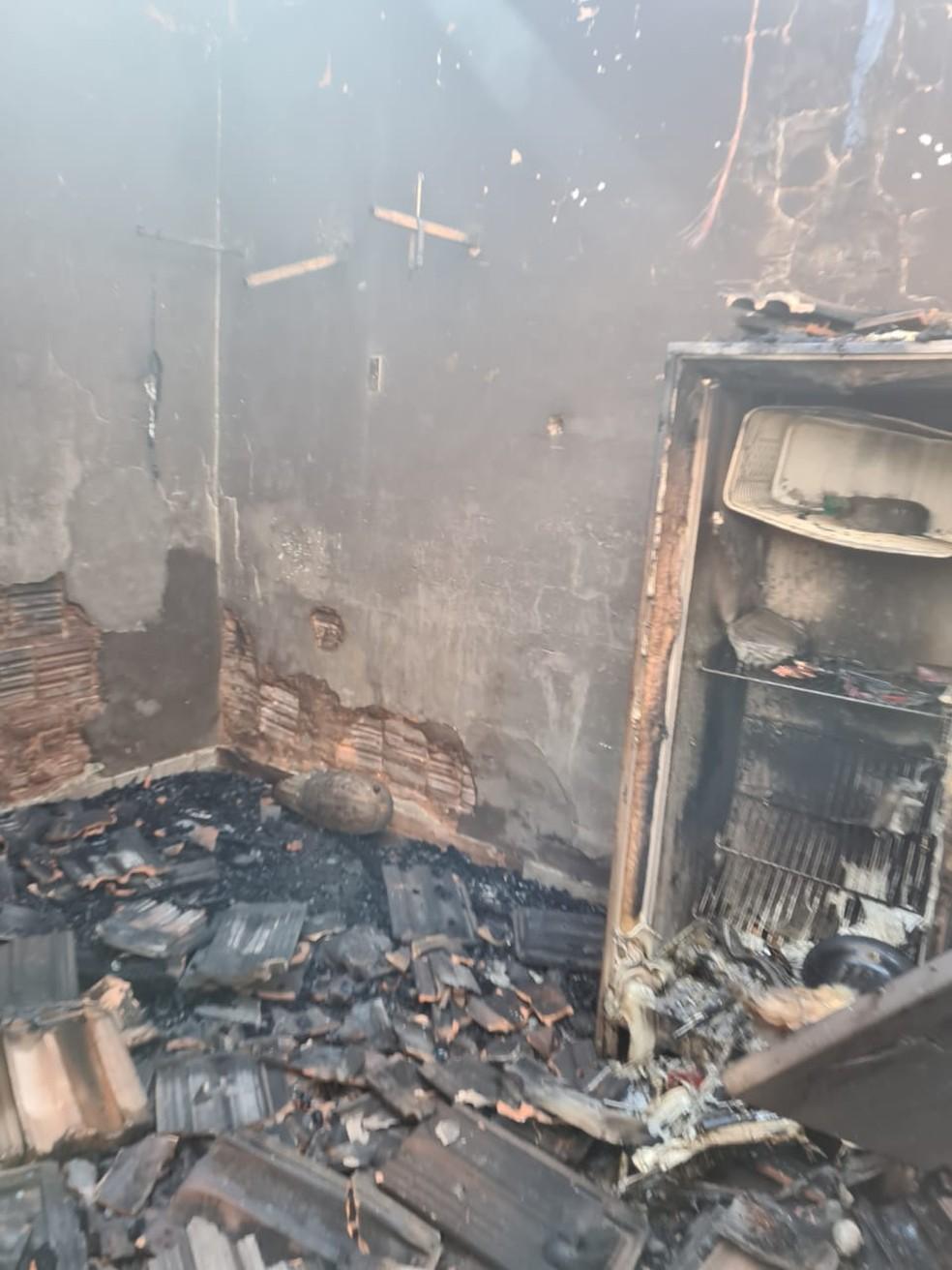 Vários pertences do morador, dentre eles uma geladeira, foram consumidos pelo incêndio — Foto: João Trentini/Divulgação