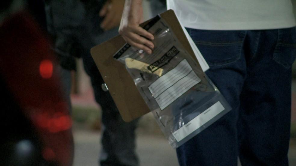 Faca usada foi levada para a perícia na DHPP de Vitória, no ES  — Foto: Wagner Martins/ TV Gazeta