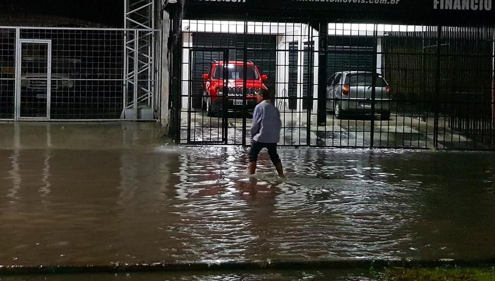 O tráfego de pedestres e veículos ficou dificultado pelo acúmulo de água na Avenida José Bastos. — Foto: Rafaela Duarte/Verdes Mares