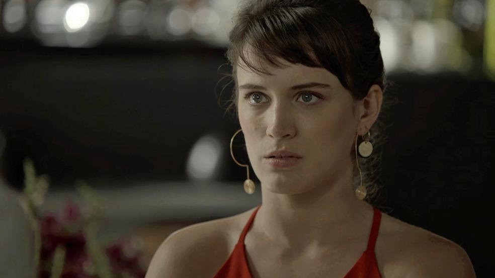 Clara fica surpresa com visita do ex-marido (Foto: TV Globo)