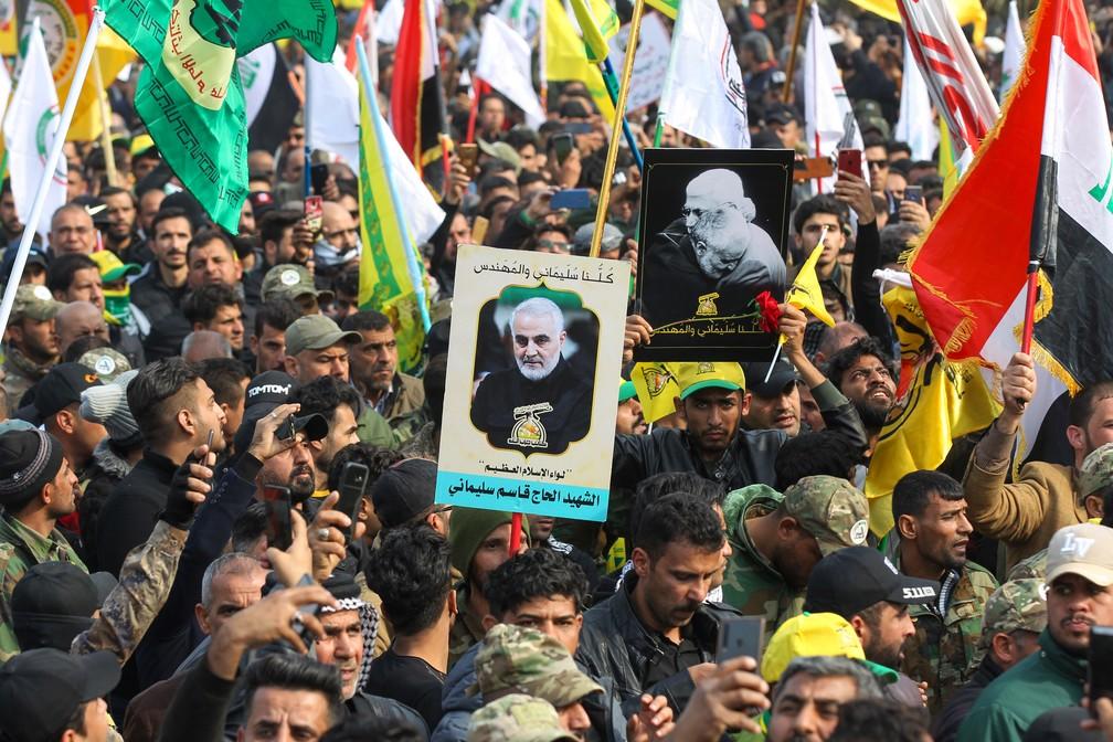 Apoiadores de milícias iraquianas comparecem ao funeral de Qassem Soleimani neste sábado (4) em Bagdá, no Iraque. — Foto: Ahmad Al-Rubaye / AFP