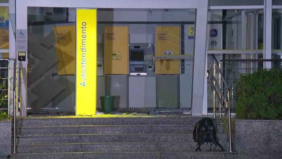Polícia Civil realiza perícia em agência bancária que foi atacada por criminosos nesta terça-feira (25) — Foto: Reprodução/ TV Globo