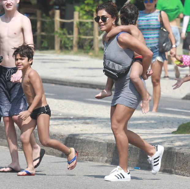Juliana Paes curte dia de praia em família (Foto: AgNews)