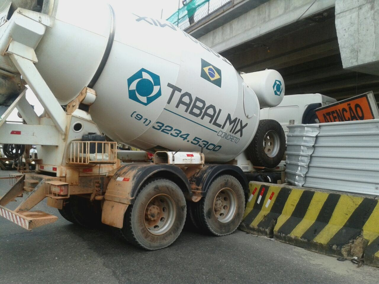 Após acidentes, Semob proíbe caminhões embaixo do elevado da Augusto Montenegro