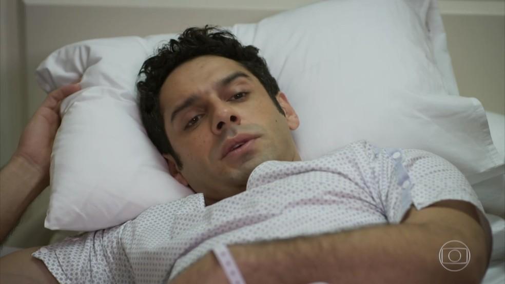 Beto (João Baldasserini) fica contente com visita de Tancinha (Mariana Ximenes) - 'Haja Coração' — Foto: Globo