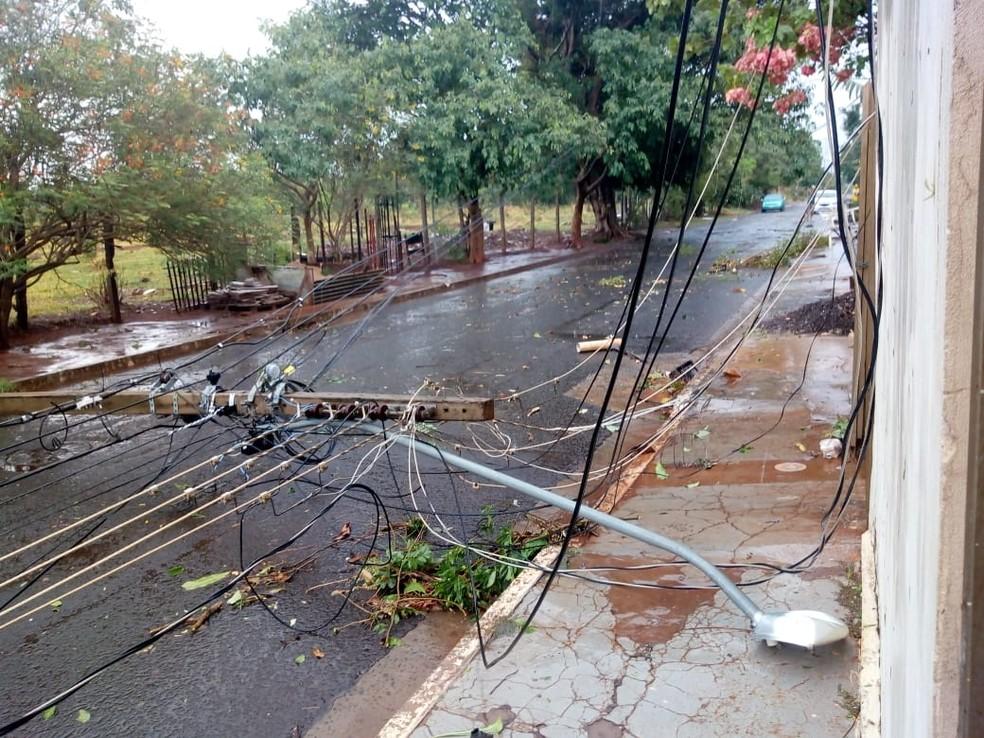 Poste de energia elétrica caiu no bairro Zé Pereira, em Campo Grande.  Foto: Walfrido Azevedo