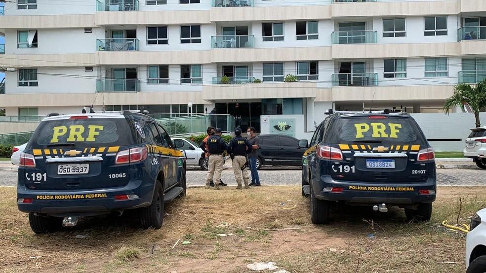 Operação da PRF no bairro do Bessa, em João Pessoa, apreendeu documentos e celulares de suspeitos de integrar grupo que atua no roubo de cargas — Foto: Walter Paparazzo/G1