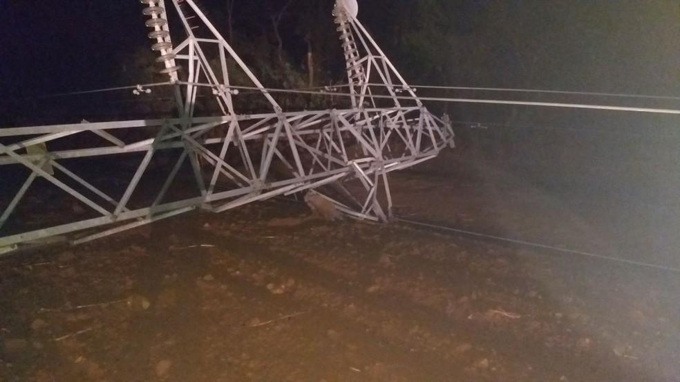 As estruturas caíram no final da tarde depois que ventos fortes atingiram a região de Canarana (Foto: Divulgação)