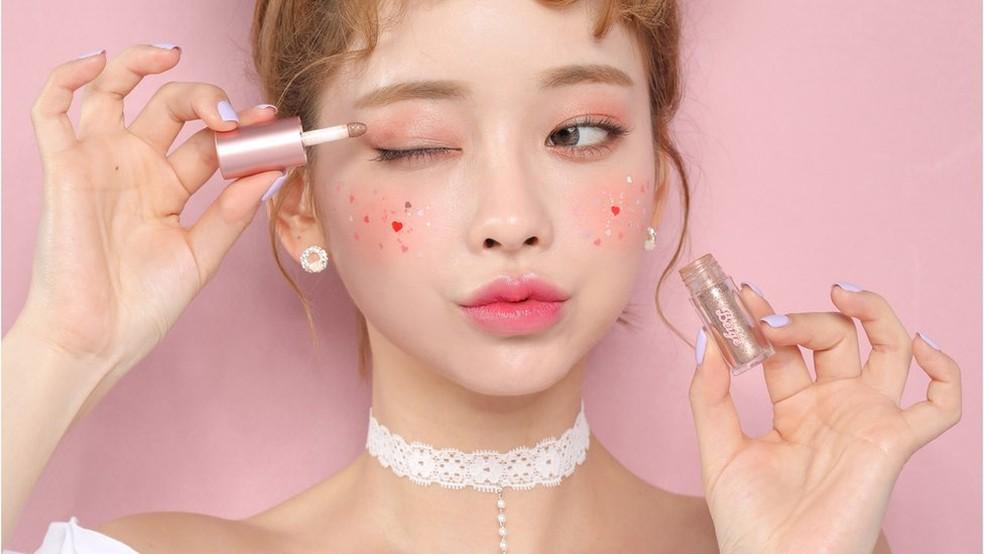 Tendência sul-coreana, K-beauty faz sucesso entre adolescentes e jovens do mundo todo — Foto: BBC