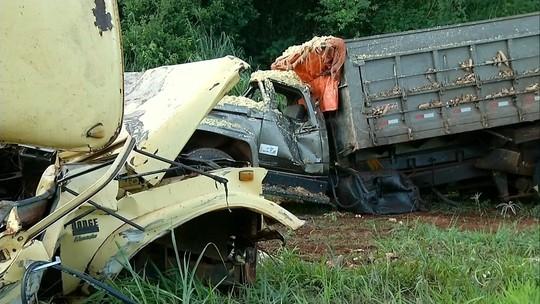 'Foi por pouco', diz motorista que saiu ileso de batida entre caminhões em ponte