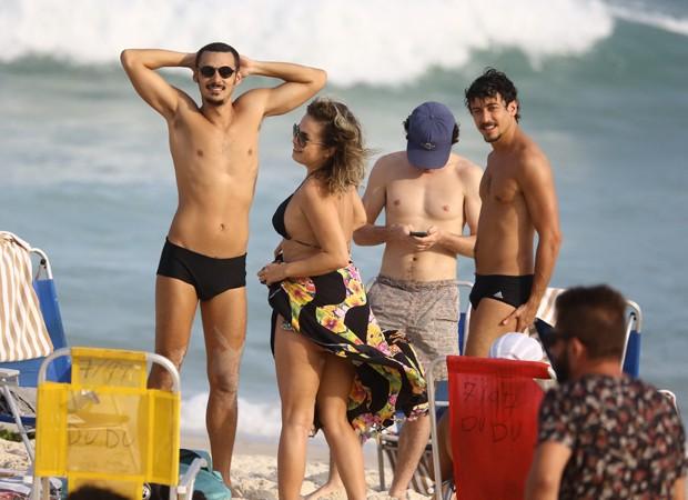 Jesuíta BArbosa e Lua Blanco curtem praia carioca com amigos (Foto: AgNews)