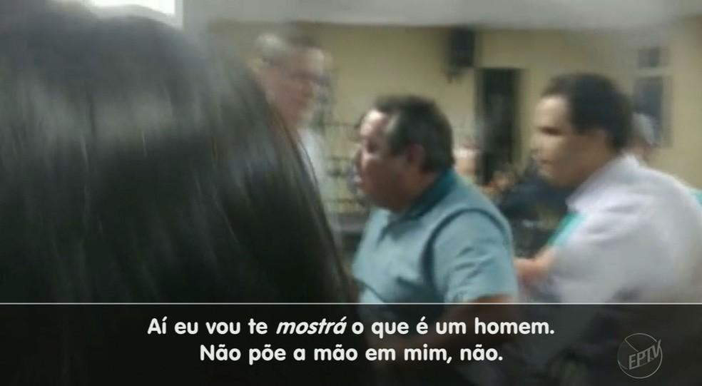 Vereador César Peghini, durante tumulto na Câmara de Sertãozinho, SP (Foto: Reprodução/EPTV)
