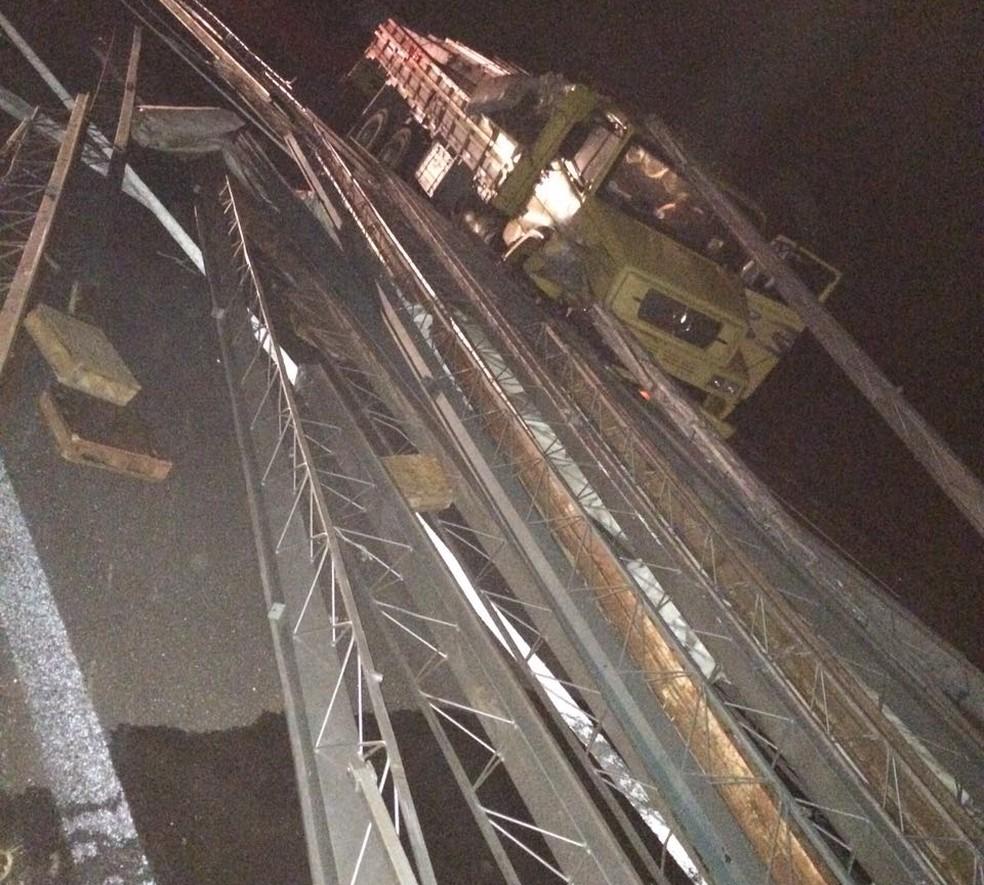Caminhão estava carregado com estrutura de ferro e colidiu com o carro em Oriente (Foto: João Castelaneli / Arquivo pessoal  )