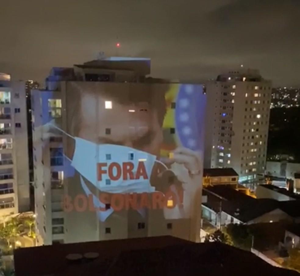 """Projeção com os dizeres """"Fora, Bolsonaro"""" é visto em prédio do Alto de Pinheiros, na Zona Oeste de SP, nesta terça (23) — Foto: Reprodução/TV Globo"""