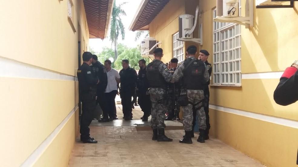 Diego (vestido de branco) chegou escoltado pela polícia.  (Foto: Renato Barros/ Rede Amazônica)