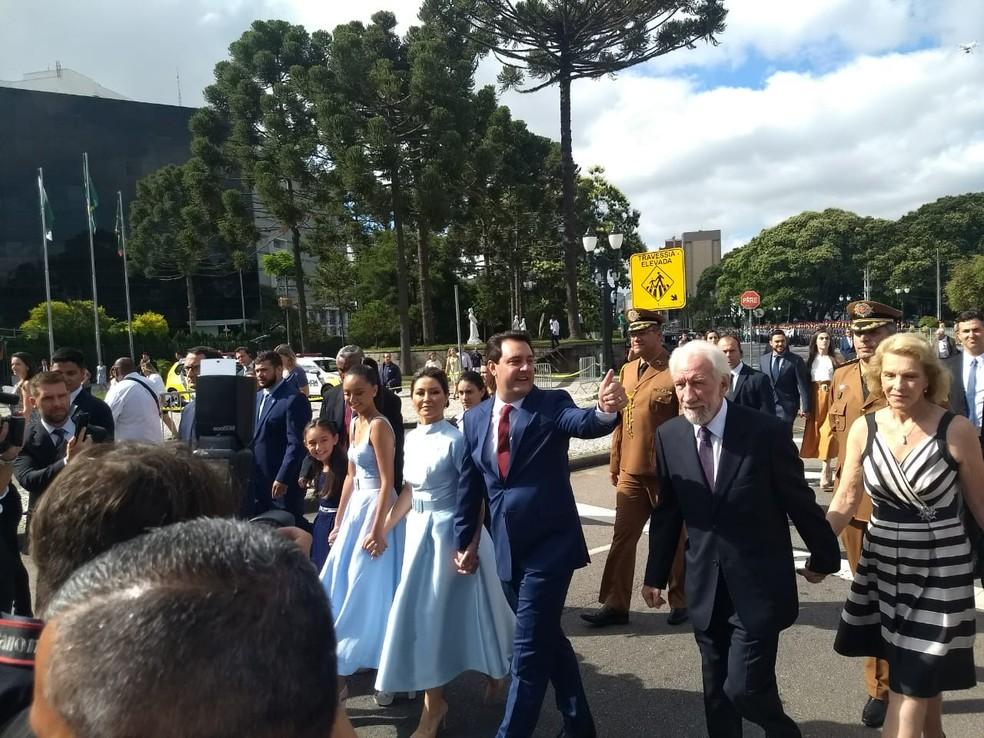 Acompanhado do vice, Darci Piana, e de familiares, Ratinho Junior caminhou até o Palácio Iguaçu, sede do governo — Foto: Leticia Paris/G1