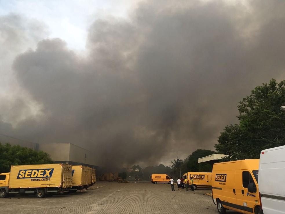 -  Galpão dos Correios, em Fortaleza, é tomado por fogo nesta terça-feira  13 .  Foto: Wanyffer Monteiro/TVM