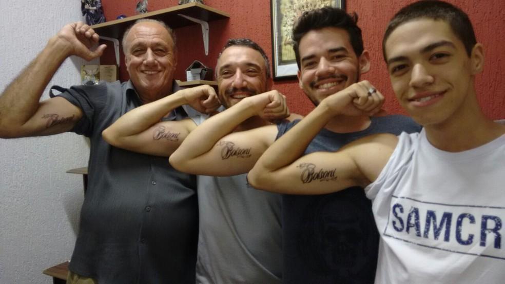 Vovô Tatua Aos 66 Anos Sobrenome Da Família Com Filhos E