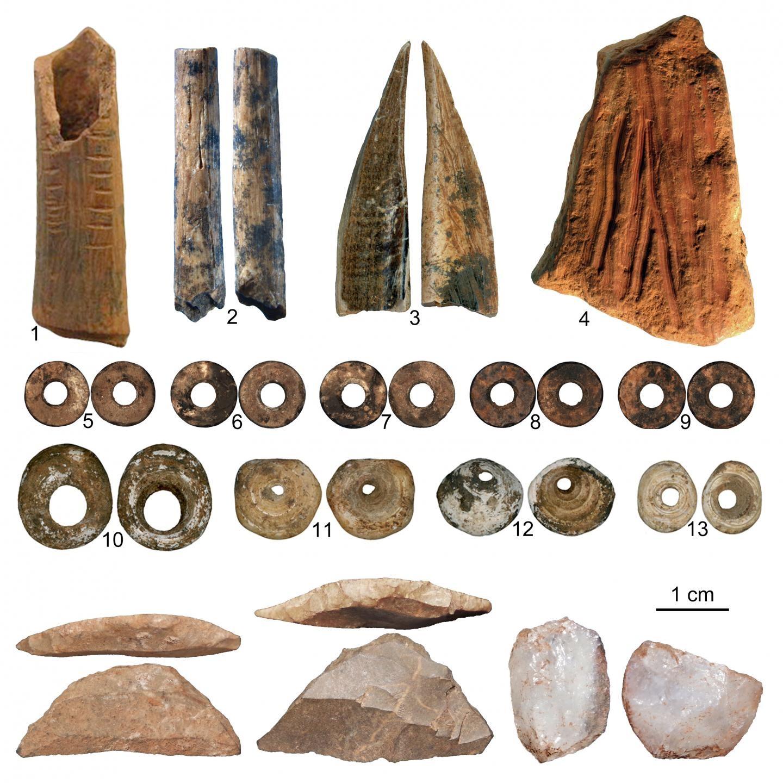 Artefatos encontrados na caverna de Pagan ya Saidi, no Quênia (Foto: Francesco d'Errico e Africa Pitarch Marti/ Divulgação)