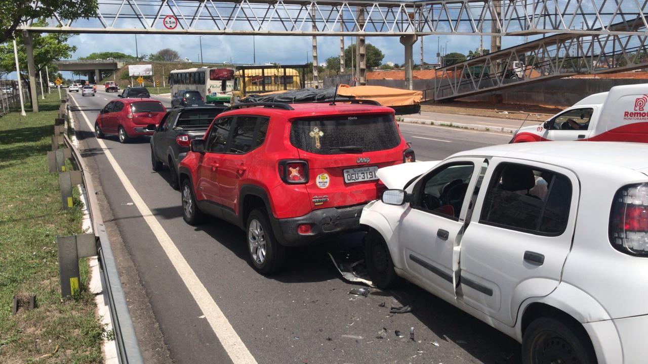 Engavetamento com 5 carros causa congestionamento na BR-101 em Natal; VÍDEO