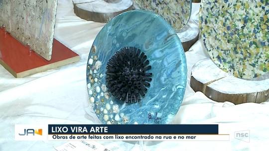 Itajaí recebe exposição de obras de arte feitas com lixo encontrado na rua e no mar