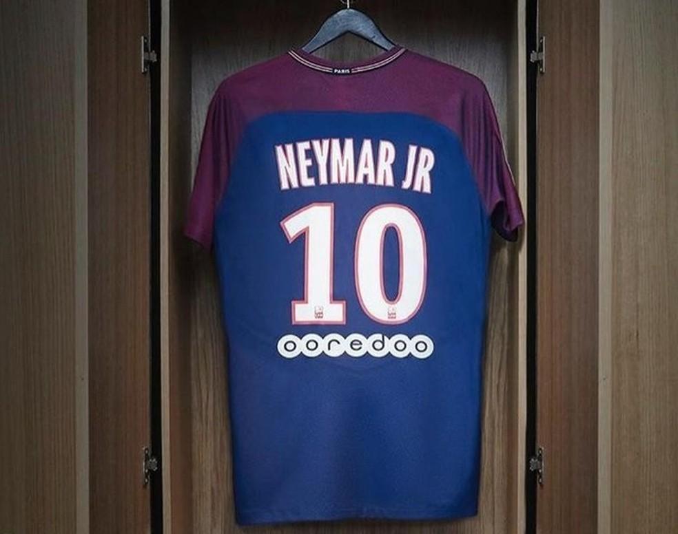 2b641ce171 PSG começa a vender camisas de Neymar em Paris na sexta-feira ...