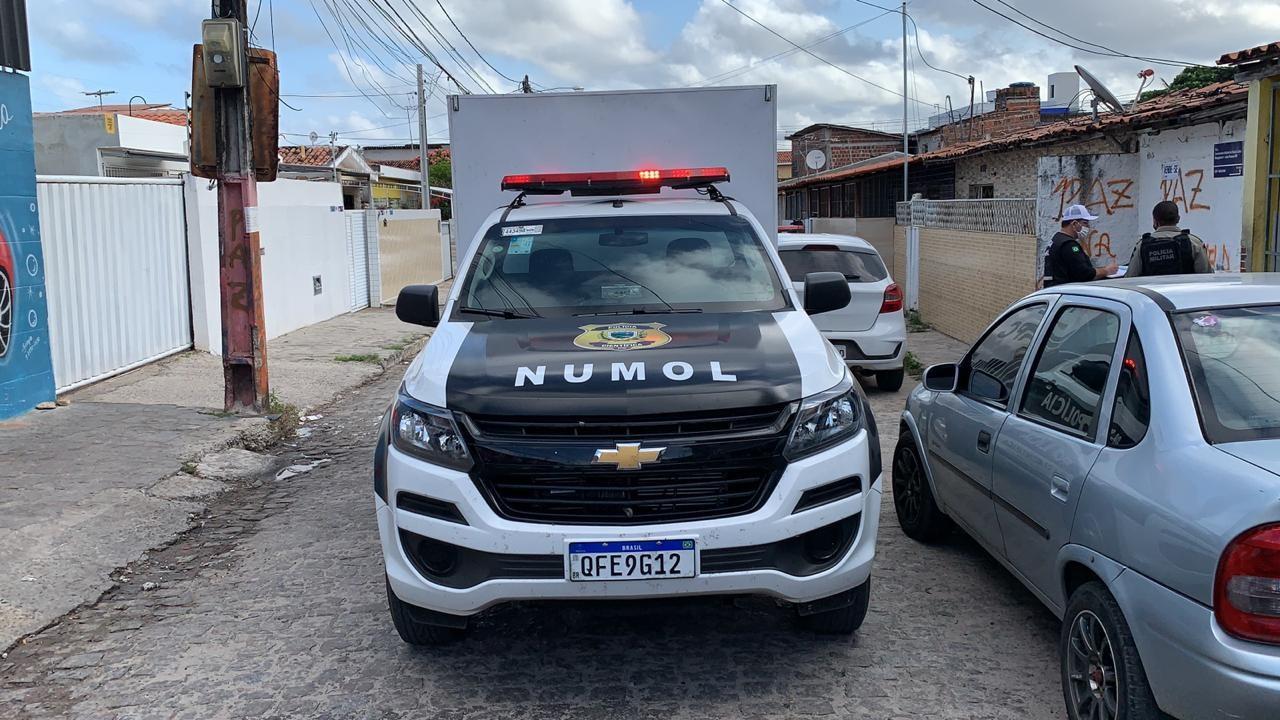 Jovem é assassinado dentro de casa com pelo menos oito tiros, em João Pessoa