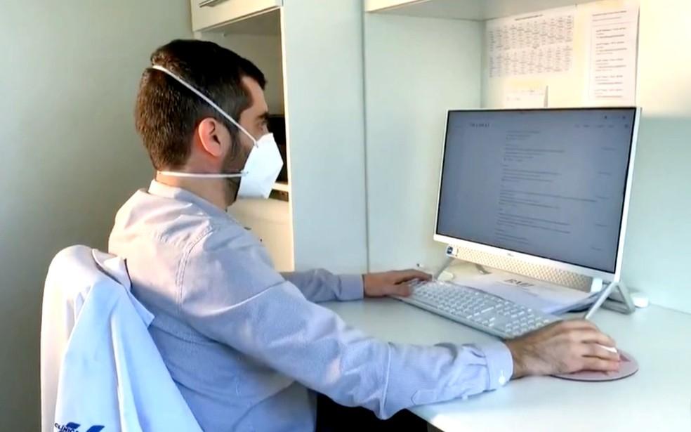 """Diego Aparecido Rios Queiroz, pesquisador da Clínica Médica Geral do HC: """"Dosagem mais adequada é a profilática, e não a plena"""" — Foto: TV TEM/Reprodução"""