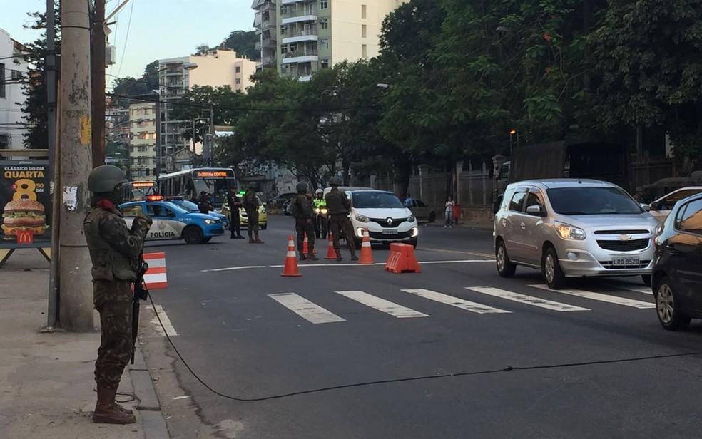 Homens do Exército realizam cerco em ruas da Zona Norte do Rio (Foto: Fernanda Rouvenat / G1 Rio)