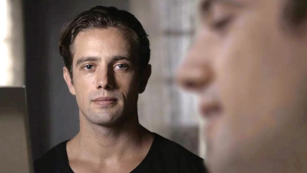 Daniel (Rafael Cardoso) faz regressão e se vê como Danilo Breton em 'Espelho da Vida' — Foto: TVGLOBO