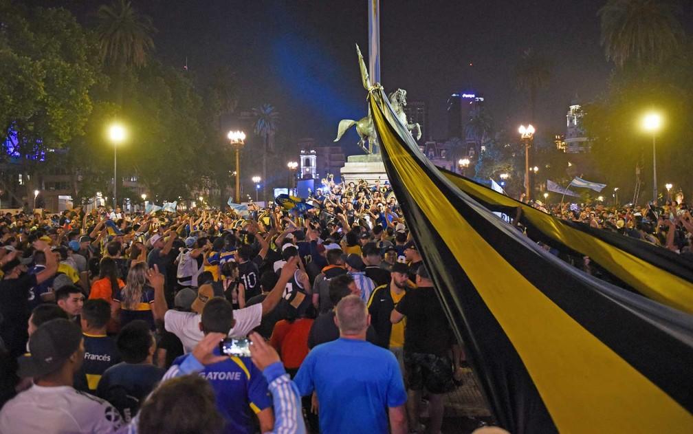 Camisas da seleção argentina e do Boca Juniors são maioria entre os milhares de torcedores que comparecem para se despedir do astro - Foto: Martin Villar / Reuters