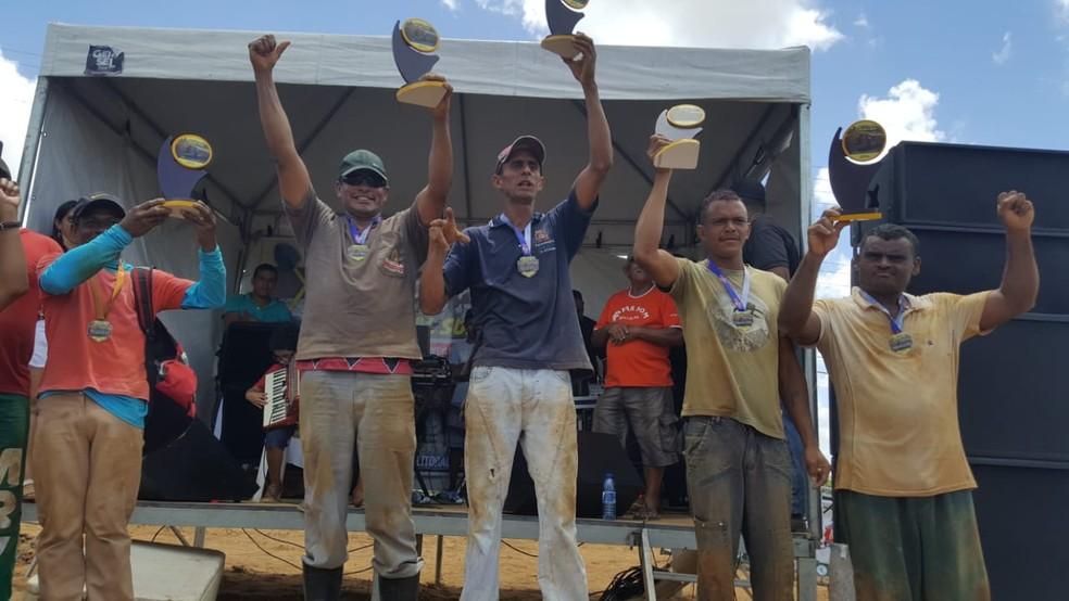 Campeões coveiros do torneio 'Pá na Cova', no Conde, na Paraíba — Foto: Divulgação/Fábio Tatu