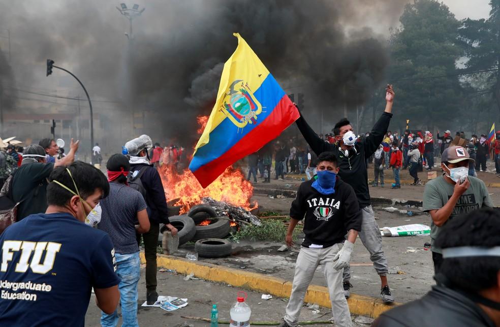 Manifestante agita a bandeira do Equador durante protesto em 2019 contra as medidas de austeridade do então presidente equatoriano, Lenin Moreno, na capital Quito — Foto: Henry Romero/Reuters